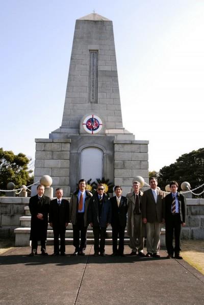トルコ軍艦記念碑の前で写真撮影